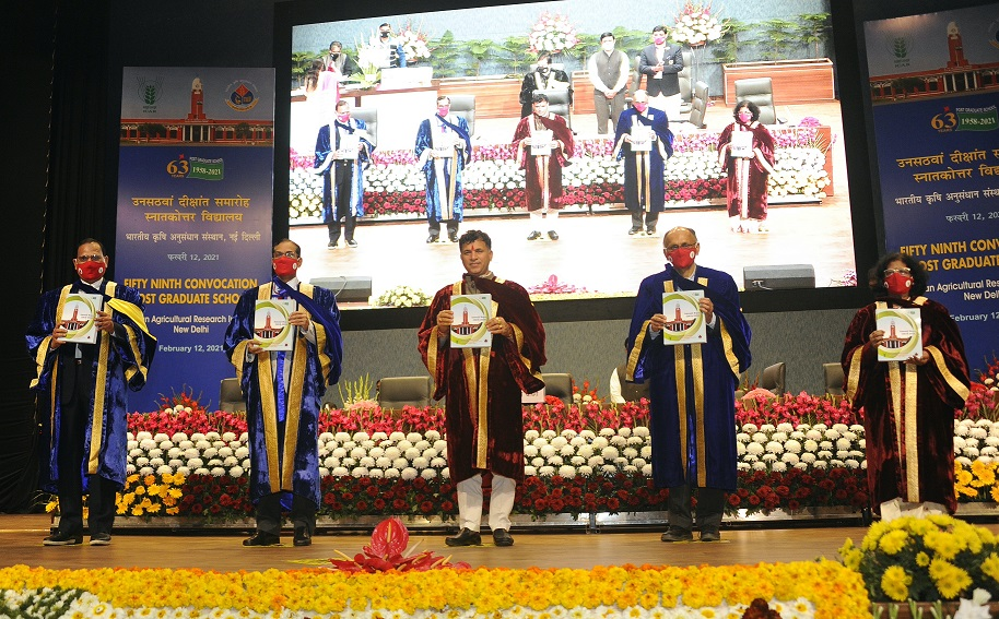 Chief Guest Hon'ble MoS Agriculture and Farmers Welfare and dignitaries releasing publications during 59th Convocation