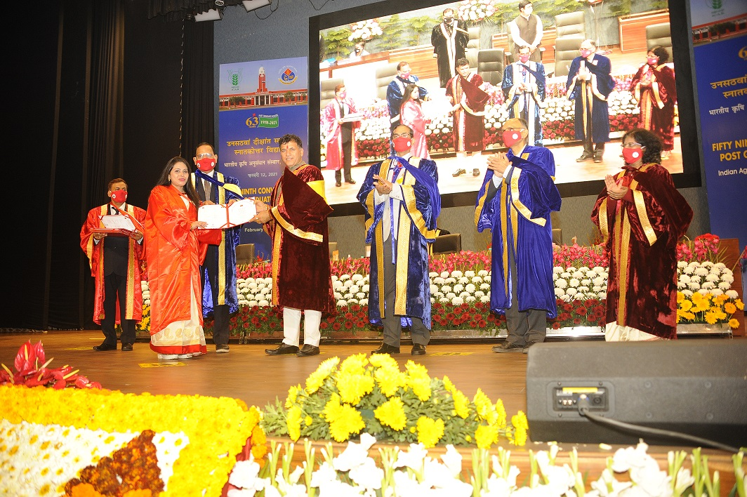 IARI student receiving degree from Hon'ble MoS, Agriculture & farmers Welfare during 59th Convocation